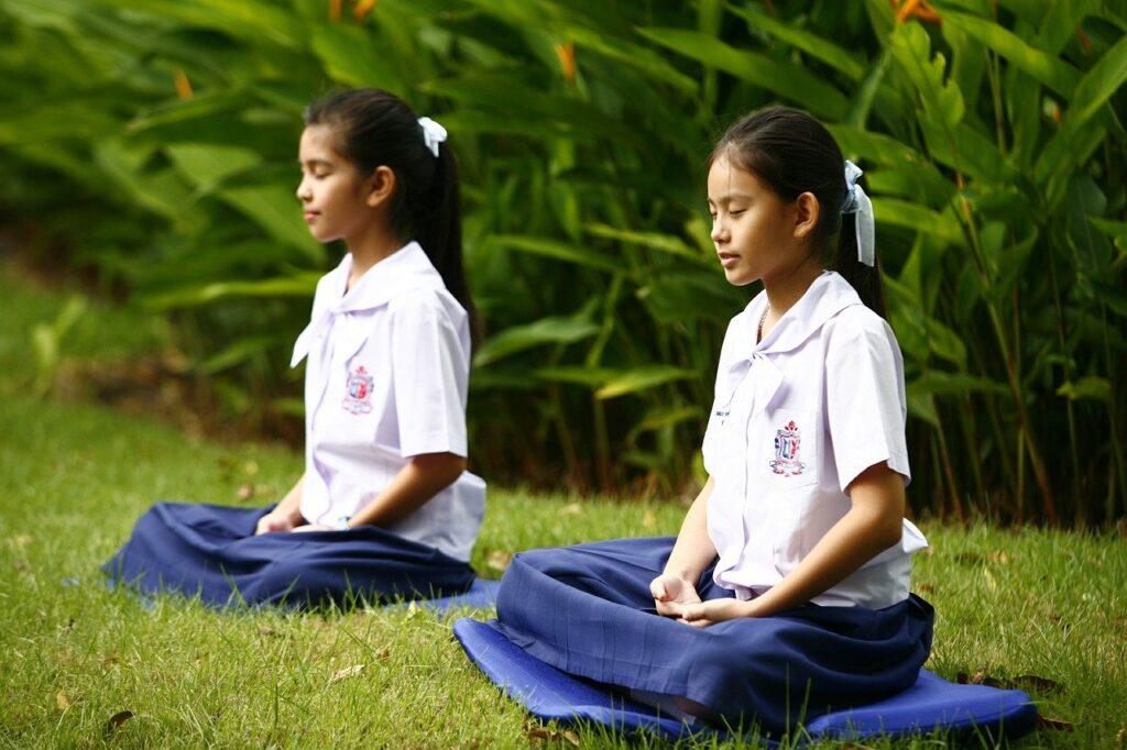 niña mindfullness meditación budistas